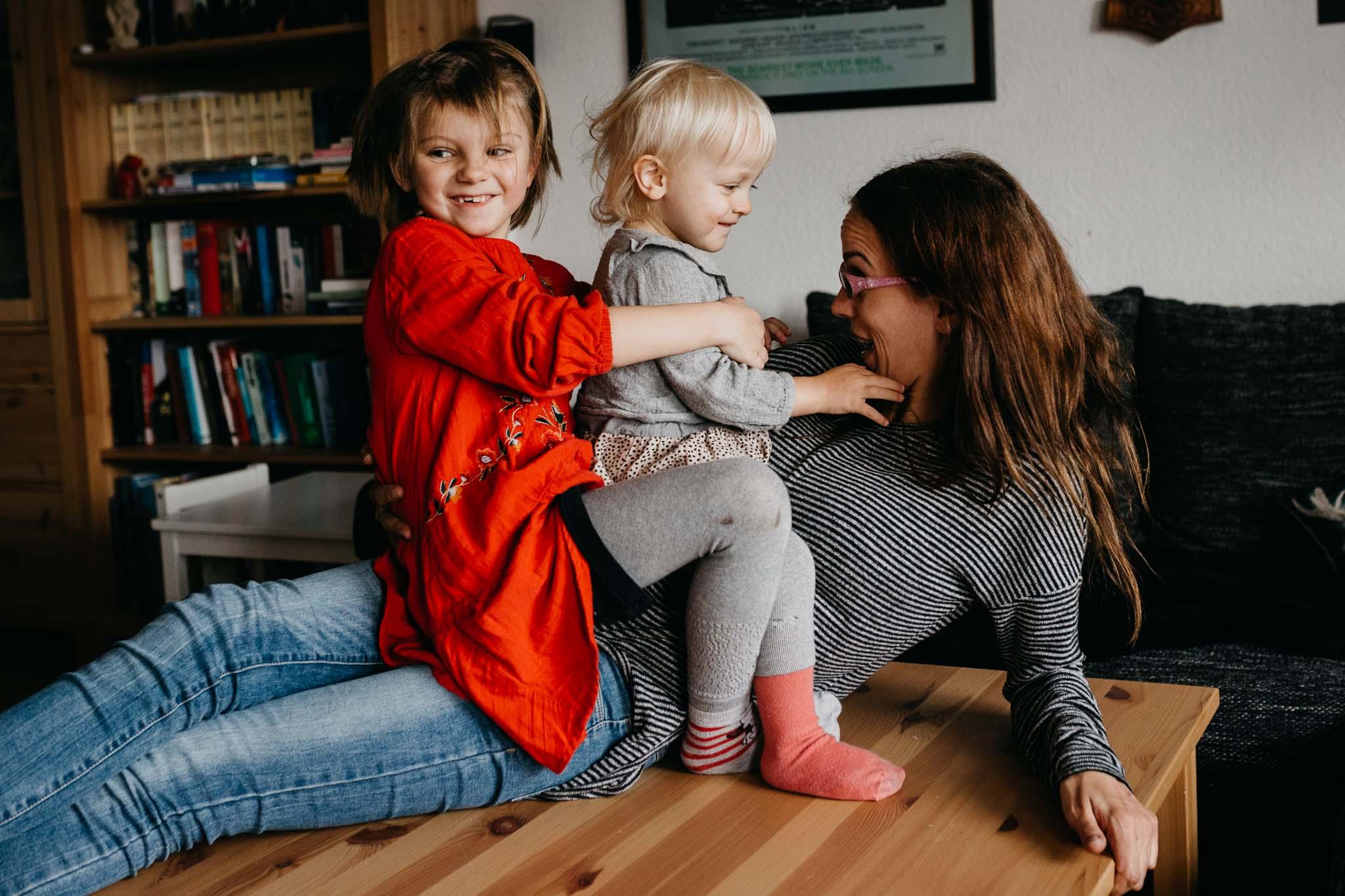 Tante mit ihren zwei Nichten am rumalbern