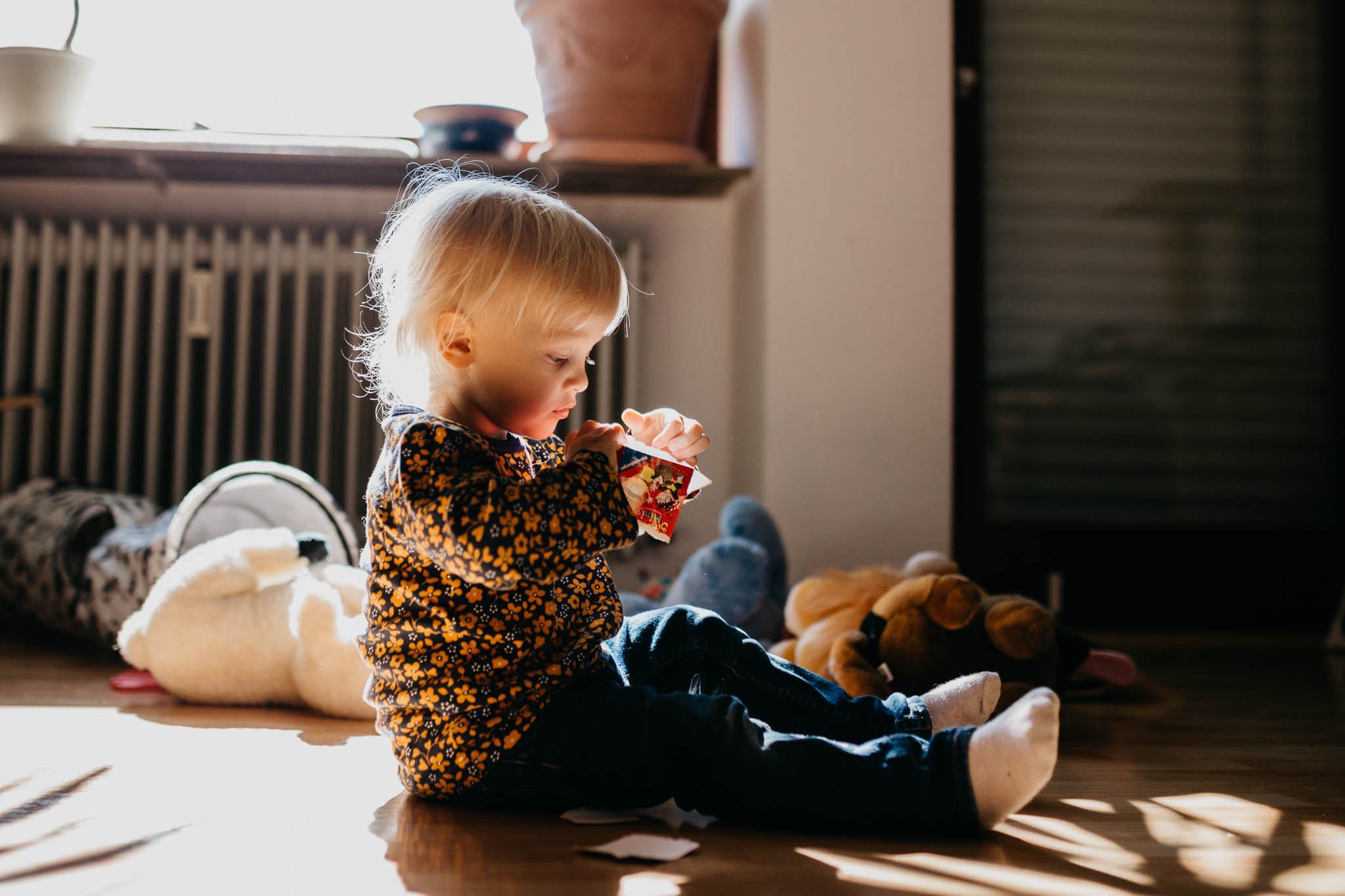 Kleinkind in wundervollem Fensterlicht