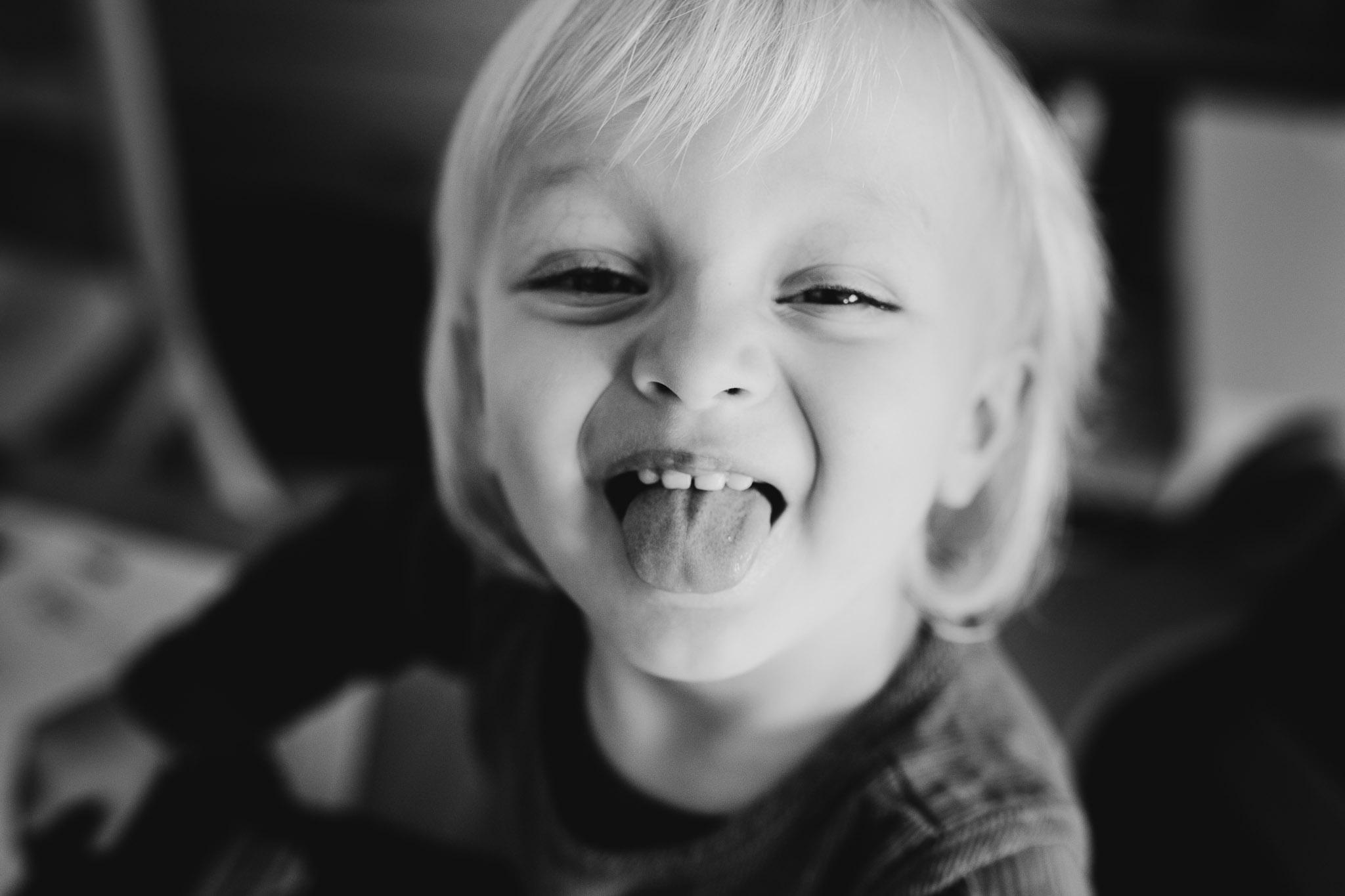kleines Mädchen streckt die Zunge raus