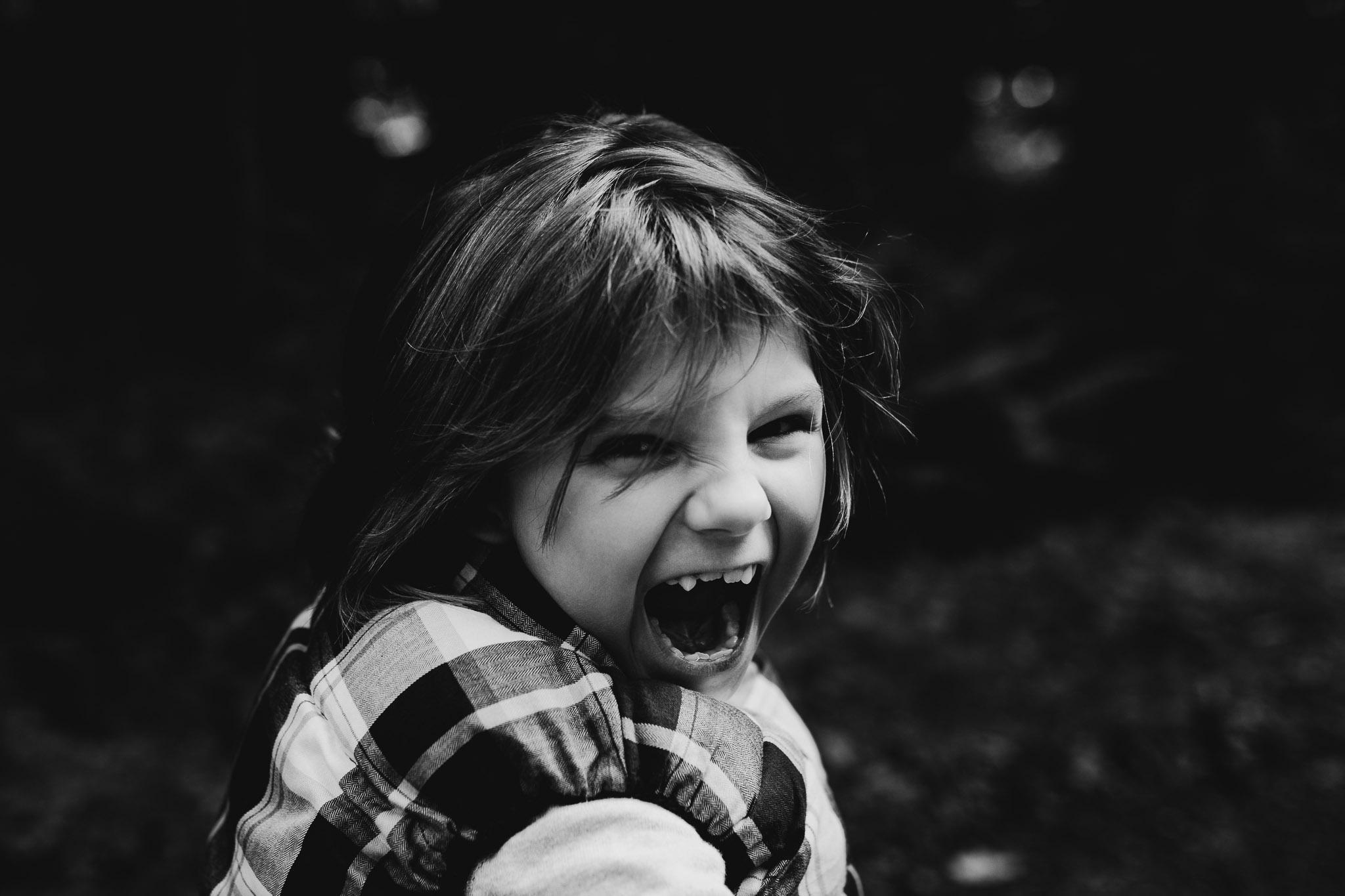 Kind schaut frech in die Kamera
