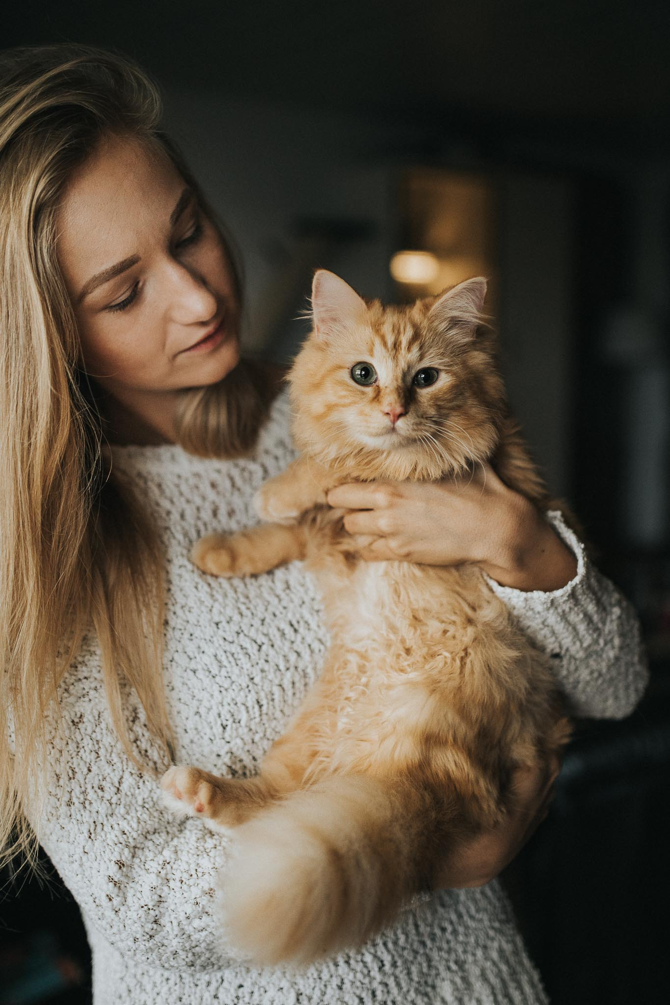 cats and their humans - Blonde Frau mit ihrem Kater auf dem Arm