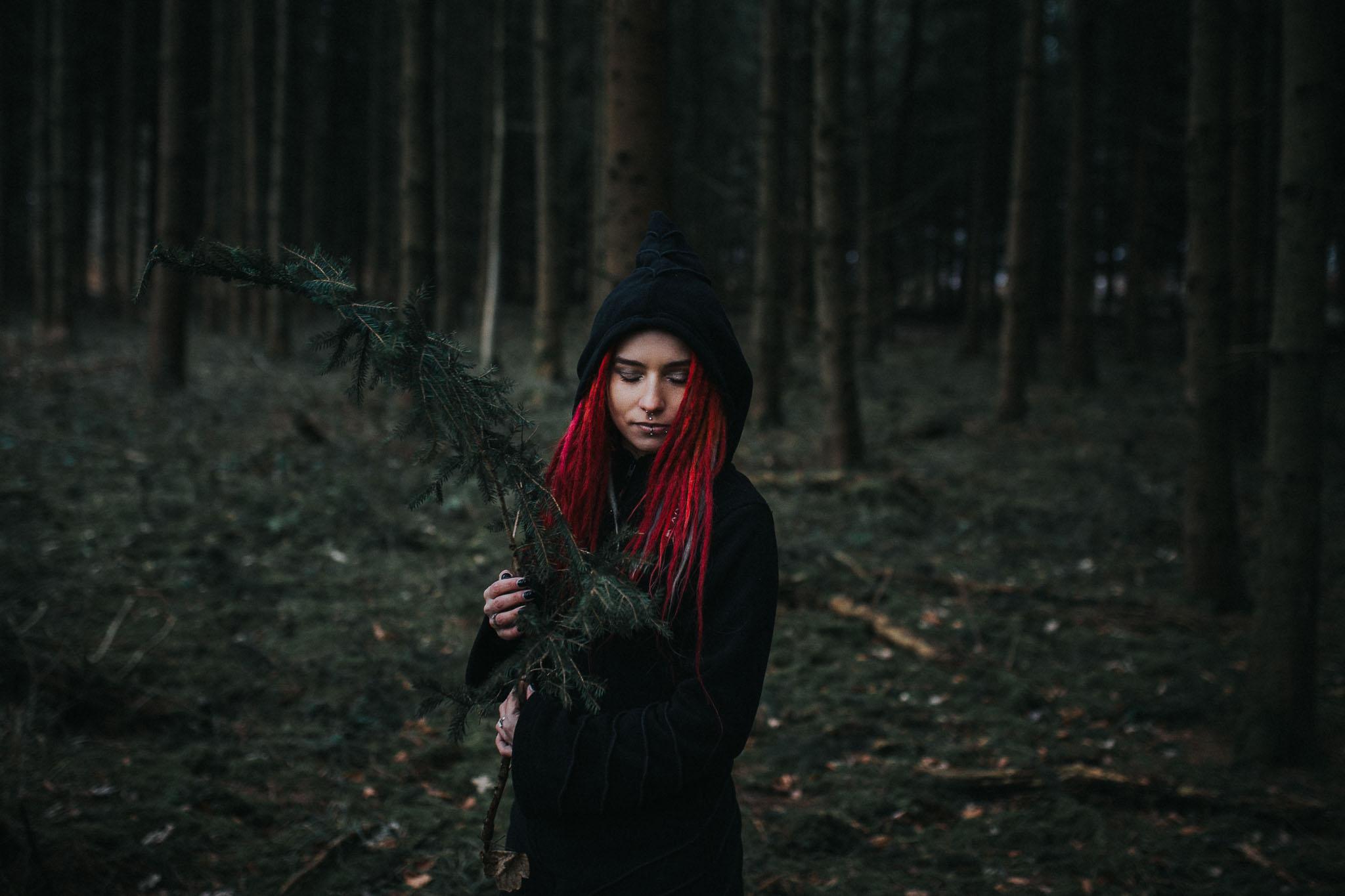 Stella hält einen Ast im Wald, Portrait