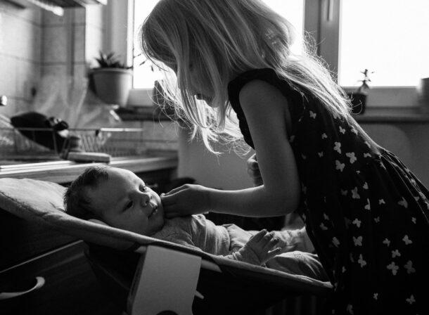 Vater mit neugeborener Tochter auf dem Arm