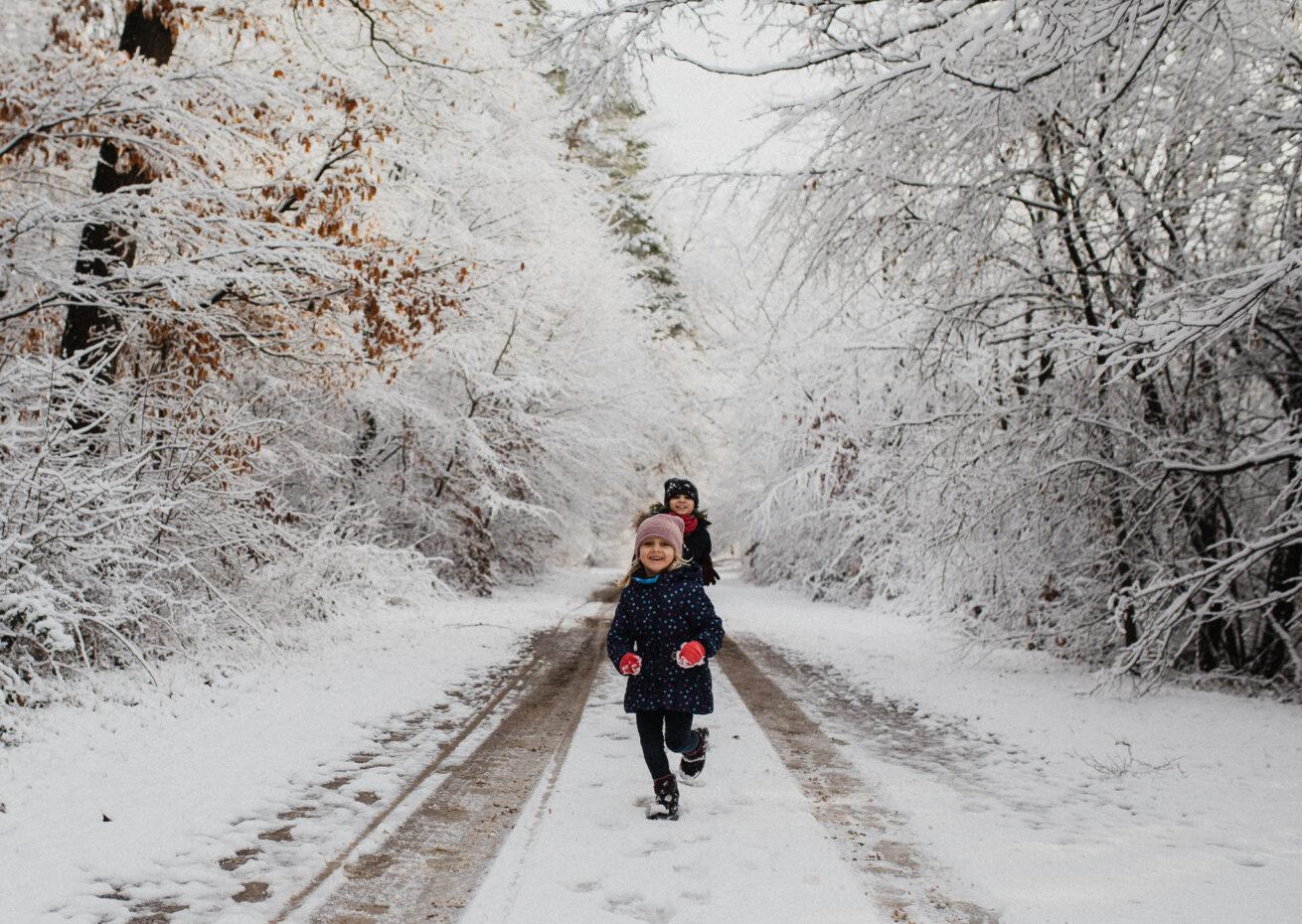 Kinder rennen im Schnee
