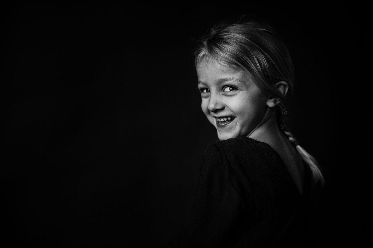 Schwarzweißes Portrait eines Mädchens